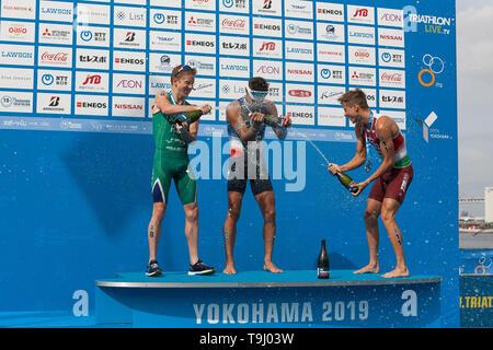 Yokohama, Japan. 18th May, 2019. 2019 ITU World Triathlon, World Paratriathlon Yokohama at Yamashita Park and Minato Mirai, Yokohama. Luis, Schoeman, Bicsak (Photos by Michael Steinebach/AFLO) Credit: Aflo Co. Ltd./Alamy Live News - Stock Image
