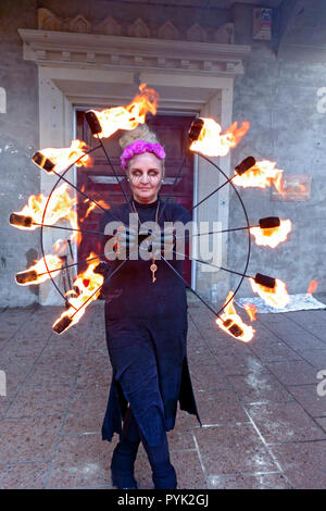 Ayrshire, UK. 28th Oct, 2018. This fire breather kept the cold at bay by juggling with fire whilst entertaining the crowds. Credit: PictureScotland/Alamy Live News - Stock Image