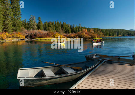 Boats on Clear Lake, Oregon in autumn - Stock Image