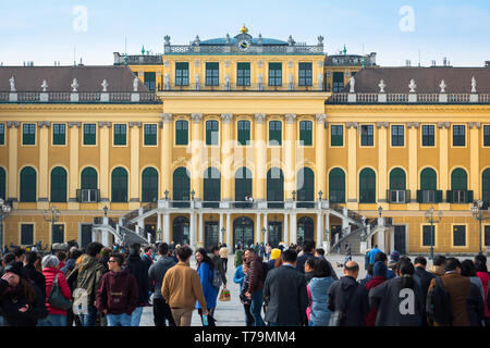 Tourists Schonbrunn, view of tourists crowding the grand courtyard of the Schloss Schönbrunn palace in Vienna, Austria. - Stock Image