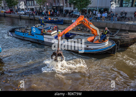 Amsterdam, dredging dumped bikes from the canals - Stock Image