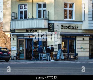 Berlin Wilmersdorf. Zur Glocke Restaurant & bar serving traditional German & Austrian meals, Building exterior with tables on pavement - Stock Image