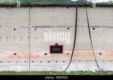Prisoner block with commemorative plaque, Spac communist prisoner torture camp, Albania - Stock Image