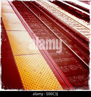 Railway tracks and platform at Jamaica Station, New York. - Stock Image