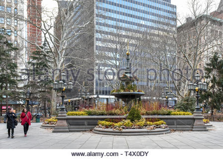New York city, USA, a park with a fountain in the downtown. Modern buildings are seen in the background - Stock Image