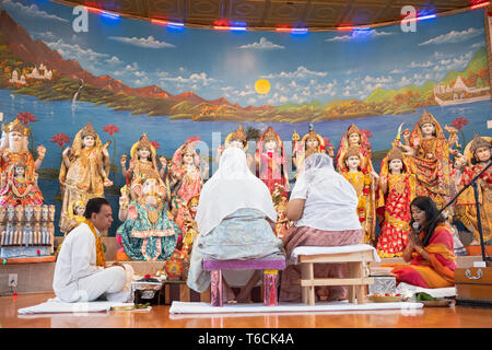 PANDITA. A female pandit leads Sunday morning services at a Hindu temple in Jamaicw, Queens, New York City - Stock Image