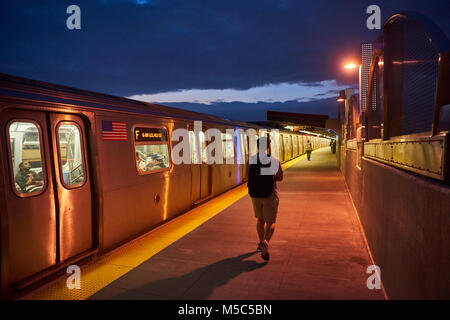 Commuters leaving the F train at Smith - 9th street MTA station in Corroll Gardens, Brooklyn, New York - Stock Image
