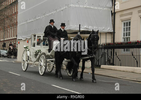London, UK. 25th Dec, 2018: A horse-drawn carriage seen around Claridge's Hotel on Christmas day, when the cit was virtually empty with no public transport running on. Some parts of the city experienced dense fog which is expected to linger for the rest of the week. Credit: David Mbiyu/Alamy Live News - Stock Image
