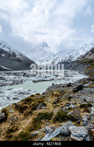 Mount Cook and lake with icebergs - Stock Image