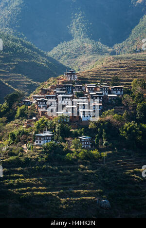 Traditional village of Rinchengang on a terraced hillside with paddy fields opposite Wangdue Phodrang (Wangdi), - Stock Image