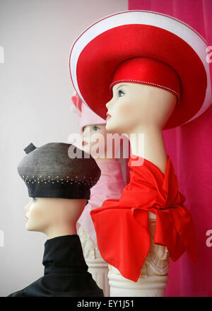 Vintage hats on mannequins on display in store window. - Stock Image