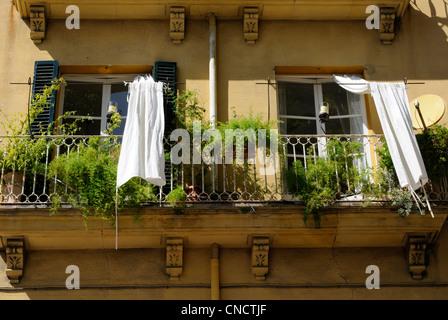 Balkon mit weißem Außenvorhang, Palma, Mallorca, Spanien.   Balcony with white outdoor curtain, Palma, - Stock Image