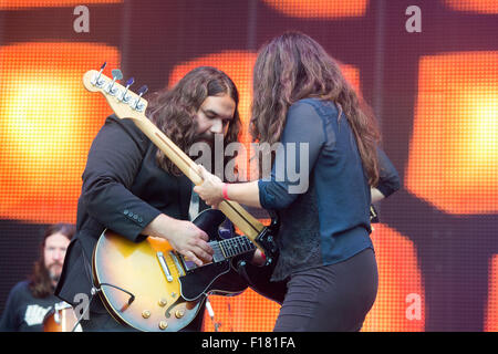 Portsmouth, UK. 29th August 2015. Victorious Festival - Saturday. Romeo and Michele Stodart of The Magic Numbers - Stock Image