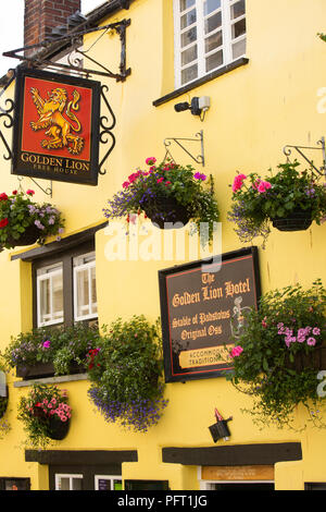 UK, Cornwall, Padstow, Lanadwell Street, Golden Lion Hotel, sign and hanging baskets - Stock Image