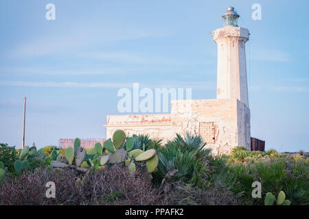 Capo Murro di Porco Lighthouse and single storey keeper's house at Plemmirio, maddalena peninsula, Syracuse, Sicily - Stock Image