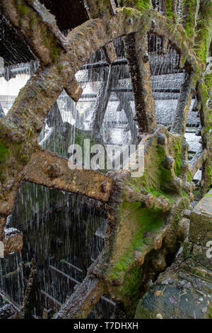 Old waterwheel on river Sorgue in old town Lisle-sul-la-Sorgue in Provence, France, traditional French watermill close up - Stock Image