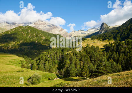 Barranco de Añes Cruces in GR-11 footpath with Posets massif at the background (Viadós, Chistau valley, Sobrarbe, Huesca, Pyrenees, Aragon, Spain) - Stock Image