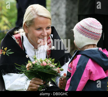 Princess Mette-Marit talks to a child in Skorpa, Norway, 26 August 2007. Crown Prince Haakon and Crown Princess - Stock Image