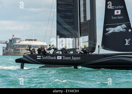 Portsmouth, UK. 25th July 2015. SoftBank Team Japan turn as the crew work hard. Spit bank Fort can be seen in the - Stock Image