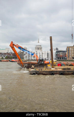 TFL Contractors aboard the GPS DEVON conducting dredging operations at Bankside Pier, London, UK - Stock Image