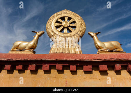Dharmachakra flanked by two deers in golden metalic form on the roof of Jokhang temple. - Stock Image
