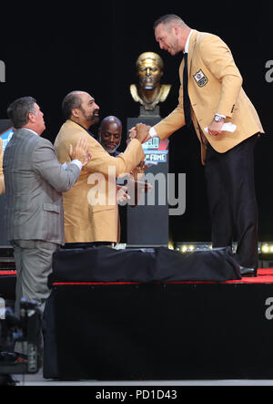 Canton, OH, USA. 4th Aug, 2018. Franco Harris and Brian Urlacher at the 2018 Pro Football Hall OF Fame Induction Ceremony in Canton, Ohio on August 4, 2018. Credit: Mpi34/Media Punch/Alamy Live News - Stock Image