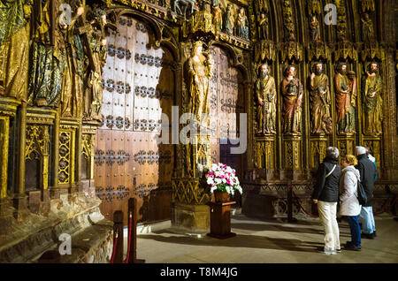 Laguardia, Álava province, Basque Country, Spain : A group of visitors stands by the Gothic portico of the Church of Santa María de los Reyes in the h - Stock Image