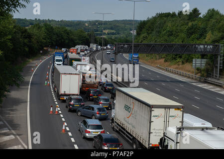 High Wycombe, United Kingdom. 5 July 2018. A serious collision between two trucks on the M40 within junction 4. PICTURED: Traffic build up on the M40 between J2-J3 Credit: Peter Manning/Alamy Live News - Stock Image