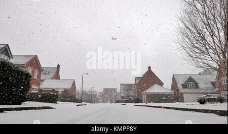Ashbourne, Derbyshire, UK. 09th Dec, 2017. UK Weather: snow falling in new a housing estate in Ashbourne Derbyshire - Stock Image