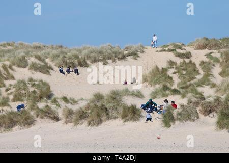 Camber, East Sussex, UK. 15th Apr 2019. The first day of the Easter holidays for many brings warm and sunny weather to Camber Sands in East Sussex. Lots of families are enjoying the day relaxing on the beach. ©Paul Lawrenson 2019, Photo Credit: Paul Lawrenson/Alamy Live News - Stock Image