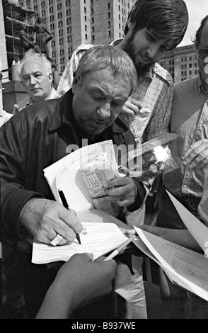 Sculptor Ernst Neizvestny giving autographs to his Moscow fans - Stock Image