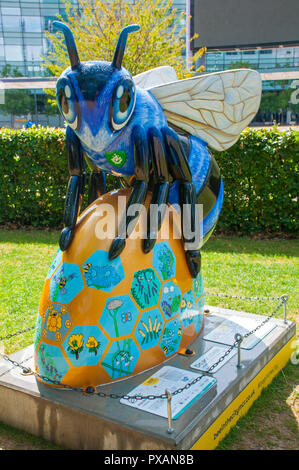 Blue Bee-ter, by Jodie Silverman.  One of the Bee in the City sculptures, at the Blue Peter garden, MediaCityUK, Salford Quays, Manchester, UK. - Stock Image