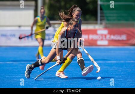 Krefeld, Germany, June 16 2019, hockey, women, FIH Pro League, Germany vs. Australia:  Savannah Fitzpatrick (Australia, L) and Selin Oruz (Germany) co - Stock Image