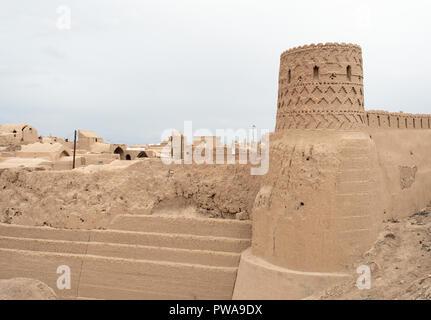 Mud bricks walls of Shah Abbasi Caravanserai, Meybod, Iran - Stock Image