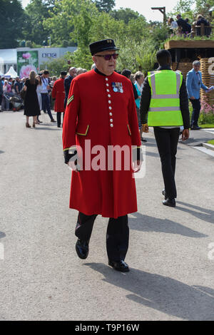 London,UK,20th May 2019,Chelsea pensioners attend the RHS Chelsea Flower Show Press Day which takes place before it officially opens tomorrow until Saturday 25th May. The world renowned flower show is a glamourous, fun and an educational day out which is attended by many celebrities. There are many gardens, floral displays, Marquees all set in the glorious grounds of The Royal Hospital Chelsea.Credit: Keith Larby/Alamy Live News - Stock Image