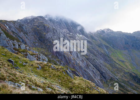 Idwal Slabs leading up to Seniors Ridge below Glyder Fawr in Snowdonia National Park. Part of the Idwal syncline. Cwm Idwal, Ogwen, Wales, UK - Stock Image