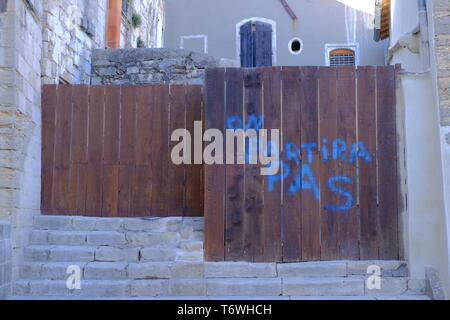 'on partira pas' writing (we will not leave) on fence of construction zone  in St-Gilles,  France - Stock Image
