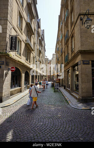 A typical side street off Grand Rue within the walled city of  St Malo, Brittany, France - Stock Image