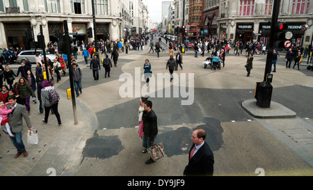 People crossing the road in the pedestrian area of Oxford Circus,  London England UK  KATHY DEWITT - Stock Image