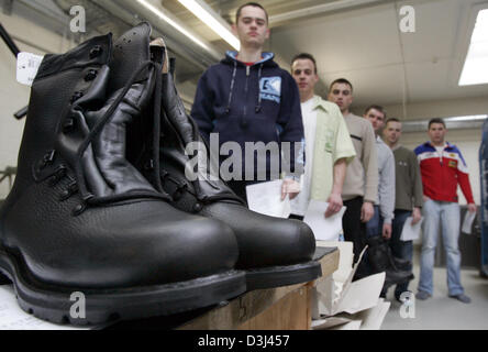 (dpa) - Report to the armoury: Dressing of conscripts at the Knuell barracks in Schwarzenborn, Germany, 4 April - Stock Image