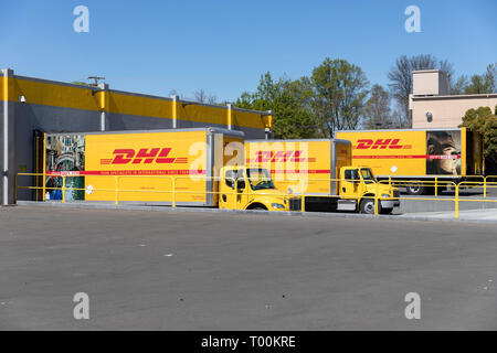 DHL trucks at loading bay, Kern Avenue, Sunnyvale, California, USA - Stock Image
