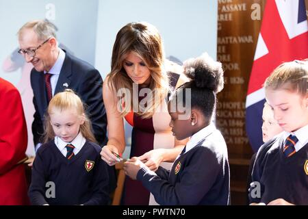 U.S First Lady Melania Trump and Philip May, husband of British Prime Minister Theresa May, chat with young school children during a visit to the Royal Hospital Chelsea July 13, 2018 in London, United Kingdom. - Stock Image