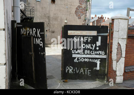 Old gates with no parking and clamping warning - Stock Image