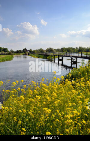 Footbridge over the River Trent in Alrewas beside the Trent & Mersey Canal - Stock Image