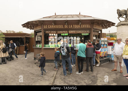France, Paris, 2019-04, Tourist Shop,  Avenue Gustave V de Suède, just next to the Warsaw Fountains and in front of the Eiffel Tower. - Stock Image