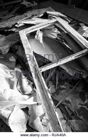Ausschnitt eines Schutthaufens in einem verlassenen Gebäude, - Stock Image