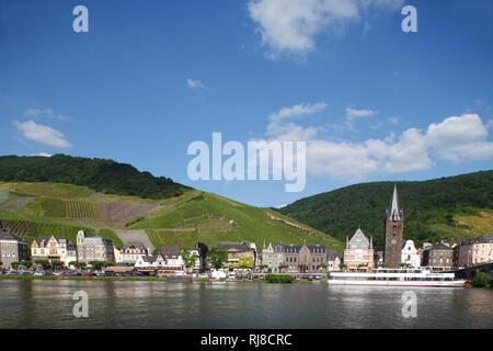 Ortsansicht Bernkastel, Gestade mit St. Michaelkirche, Bernkastel-Kues, Rheinland-Pfalz, Deutschland - Stock Image
