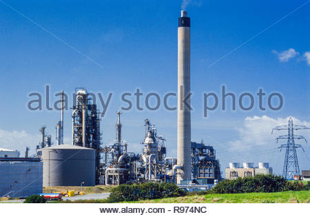 Milford Haven oil Refinery, a petrochemical refinery owned by Murco near Robeston, Pembrokeshire Wales UK photographed in the 1990s, and closed in 2014.  Later bought by Puma Energy and used as a storage and distribution centre – 1999 - Stock Image