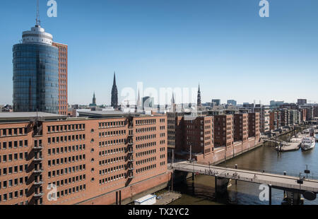 Elevated view of Am Sandtorkai, with Santorhafen harbour alongside, Speicherstadt, HafenCity, Hamburg, Germany - Stock Image