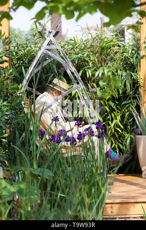 London, UK. 20th May, 2019. RHS Chelsea Flower Show Press Day takes place before it officially opens tomorrow until Saturday 25th May. The world renowned flower show is a glamourous, fun and an educational day out which is attended by many celebrities. There are many gardens, floral displays, Marquees all set in the glorious grounds of The Royal Hospital Chelsea. Credit: Keith Larby/Alamy Live News - Stock Image